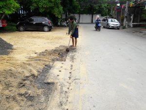 ขุดร่องบริเวณรอยต่อกับถนน ก่อนถมหินคลุก ทำลานจอดรถ