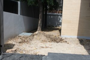 พื้นที่ก่อนเริ่มงาน ปรับระดับพื้นที่รอบบ้าน ด้วยหน้าดิน