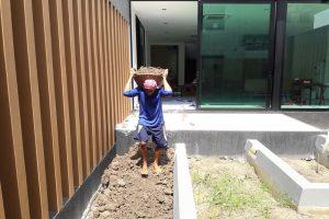 ลงหน้าดิน พื้นที่ด้านในบ้าน เพื่อเตรียมปลูกต้นไม้