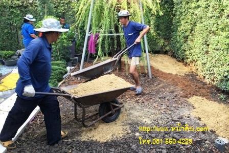 ทีมงานทำการขนทรายถมใส่รถเข็นมาถมบริเวณ ส่วนของหลังบ้าน