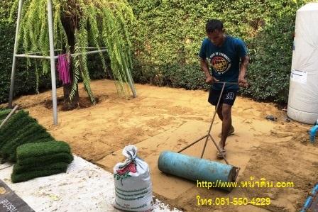 ทีมงานเกลี่ยทรายถมให้ทั่ว แล้วใช้ลูกกลิ้ง  กลิ้งทับอีกทีเพื่อ ให้พื้นที่เรียบและแน่น